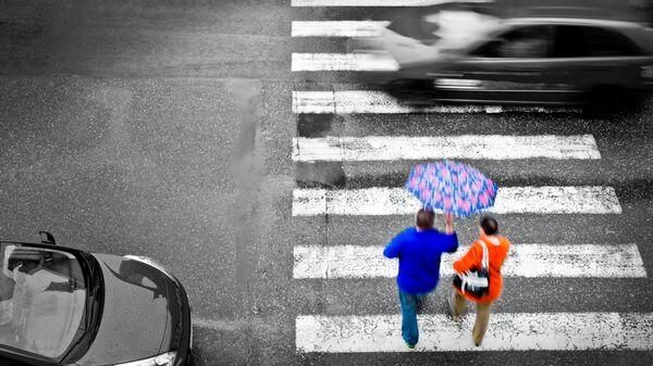 Люди на пешеходном переходе. Архивное фото
