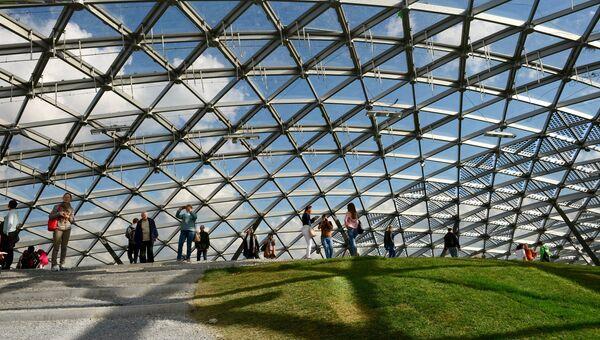 Посетители в Стеклянной коре в природно-ландшафтном парке Зарядье в Москве. Архивное фото