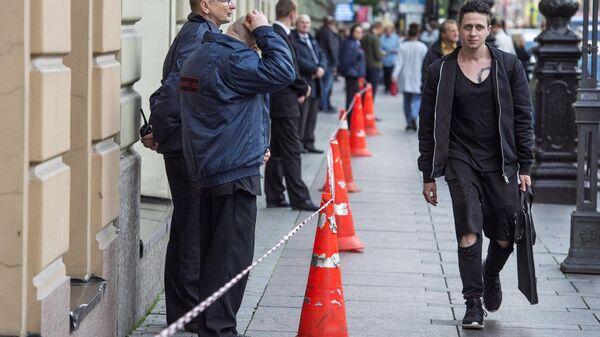 Сотрудники охраны стоят в кордоне в центре Санкт-Петербурга. 14 сентября 2017