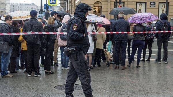 Сотрудник полиции в Петербурге