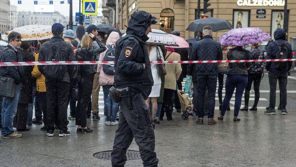 Сотрудник полиции в стоит оцеплении в центре Санкт-Петербурга. 14 снетября 2017