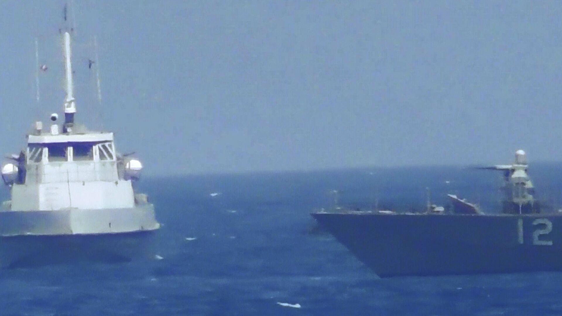 Сближение иранского катера с кораблем ВМС США в Персидском заливе. 25 июля 2017 года - РИА Новости, 1920, 13.04.2021
