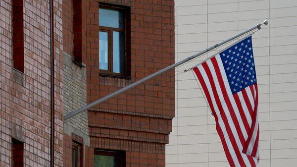 Флаг возле здания генерального консульства США во Владивостоке. Архивное фото