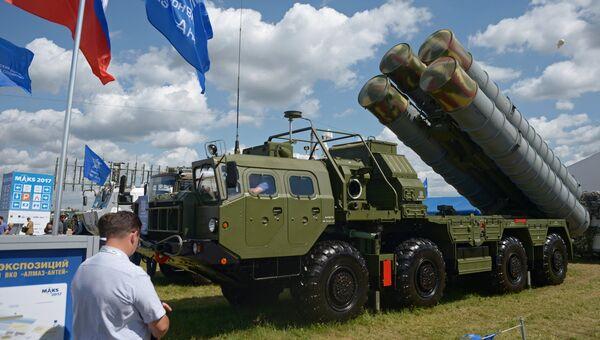 Пусковая установка зенитно-ракетного комплекса С-400 Триумф на Международном авиационно-космическом салоне МАКС-2017