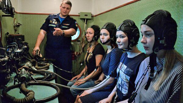 Абитуриентки во время тестирования в барокамере на вступительных испытаниях в Краснодарское высшее военное авиационное училище летчиков
