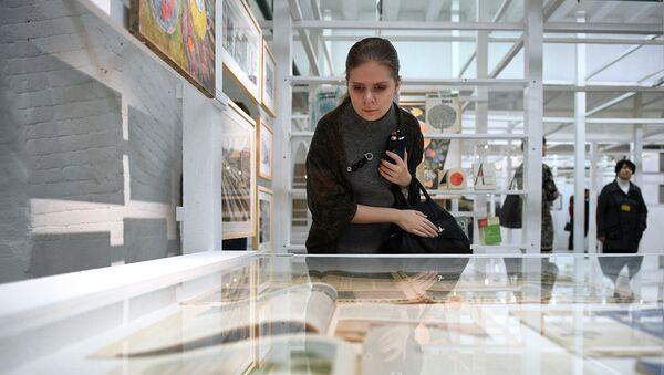 Посетительница на выставке в Музее Москвы. Архивное фото