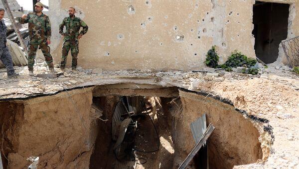 Сирийские правительственные войска рядом с разрушенным подземным туннелем в пригороде Дамаска. 14 мая 2017