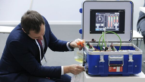 Участник готовит экспонат к экспозиции на выставке ЭкспоСитиТранс. Архивное фото
