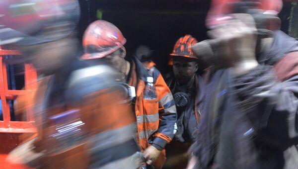 Шахтеры после смены выходят из забоя шахты. Архивное фото