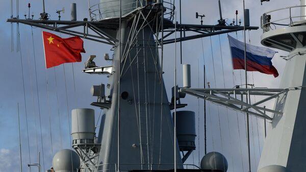 Государственные флаги России и Китая на эсминце Ши Цзячжуан во время учений Морское взаимодействие - 2017. 22 сентября 2017