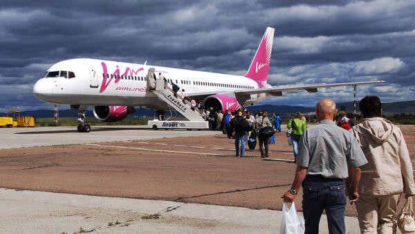 Посадка пассажиров в самолет авиакомпании ВИМ-Авиа. Архивное фото