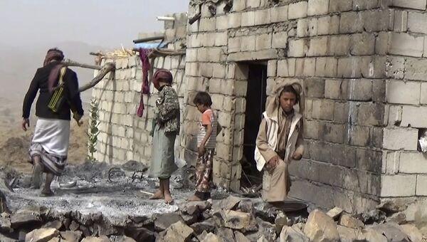 Местные жители осматривают разрушенный дом после авиаударов по селу Якла в Йемене. 29 января 2017