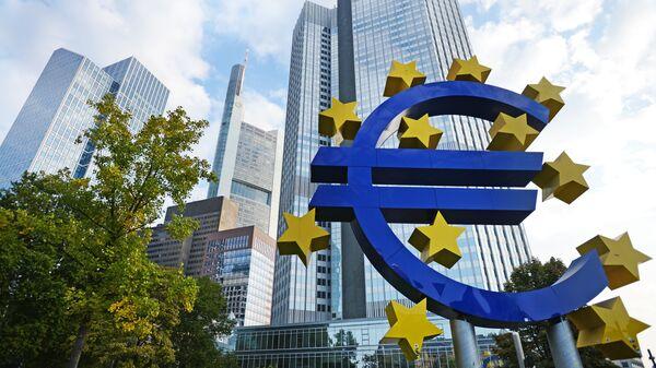 Логотип Центрального европейского банка во Франкфурте, архивное фото