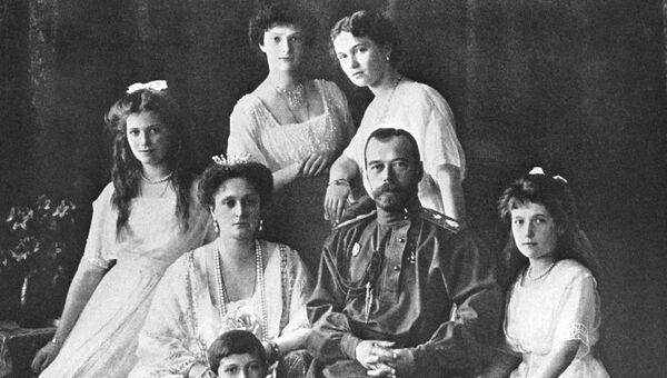 Царь Николай II и его семья в Санкт-Петербурге. Архивное фото