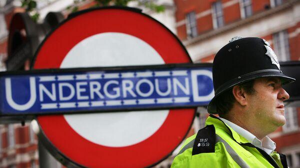 Полицейский у входа на станцию метро в Лондоне. Архивное фото