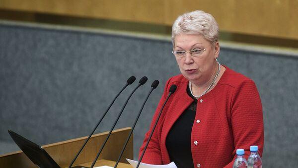 Министр образования и науки Российской Федерации Ольга Васильева выступает на пленарном заседании Государственной Думы РФ. 27 сентября 2017