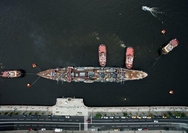 Корабль-музей крейсер первого ранга Аврора у Петроградской набережной