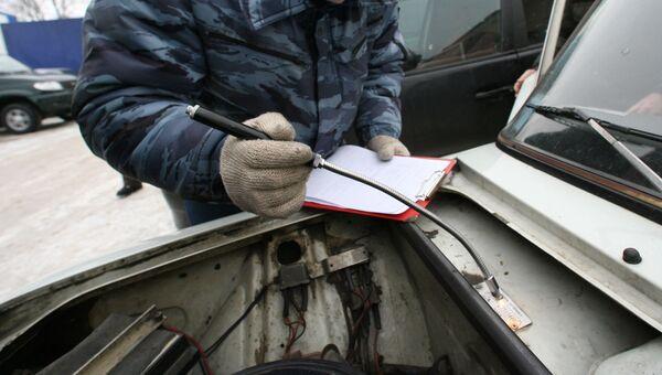 Проверка номера кузова автомобиля в пункте регистрации автотранспорта. Архивное фото