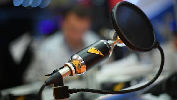 Microfone no estúdio de rádio.  Foto de arquivo