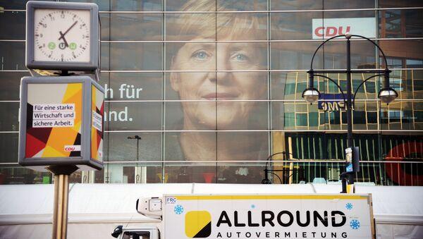 Плакат с изображением канцлера Германии, лидера ХДС Ангелы Меркель на одной из улиц Берлина во время парламентских выборов