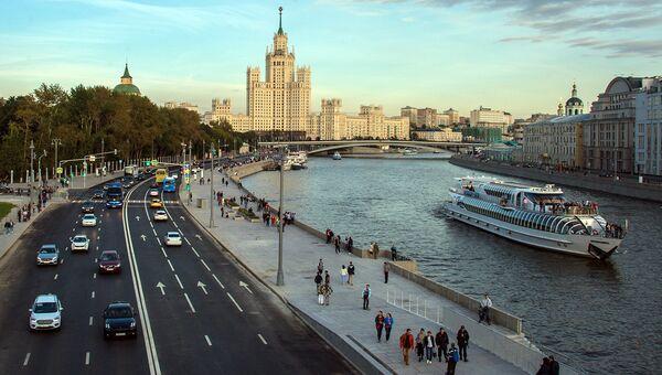 Вид на Москворецкую набережную с Парящего моста природно-ландшафтного парка Зарядье