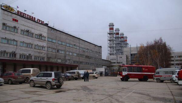 Автомобили специальных служб у здания Якутской ГРЭС. 1 октября 2017
