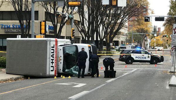 Полиция Эдмонтона на месте, где мужчина наехал на пешеходов, Канада. 1 октября 2017