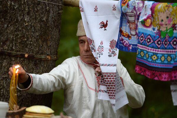Жрец у молитвенно-дарительного стола в священной роще