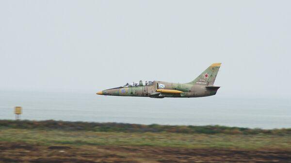 Самолет Л-39 на бреющем полете