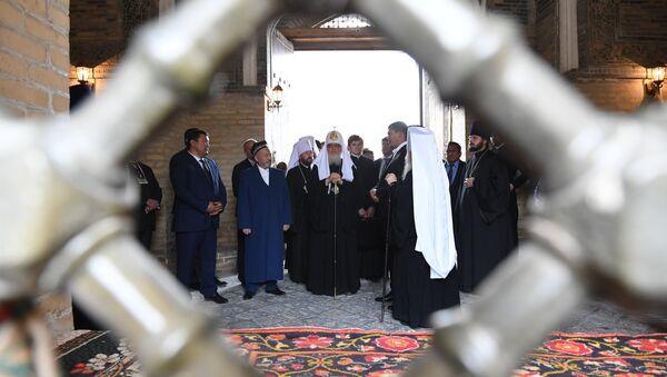 Патриарха Кирилла во время посещения архитектурного комплекса Пои Калян в Бухаре