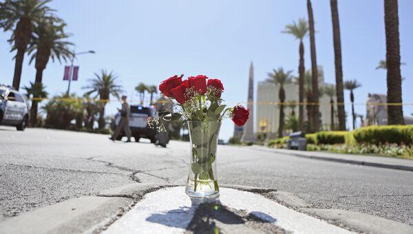Цветы на границе полицейского оцепления на месте стрельбы на музыкальном фестивале в Лас-Вегасе, США. Архивное фото