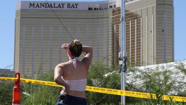 Девушка у отеля-казино Mandalay Bay в Лас-Вегасе