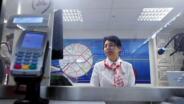 Кассир на одной из станций метро в Москве. Архивное фото