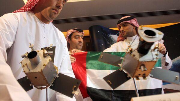 Макет спутника DubaiSat-2 на пресс-конференции в Дубае