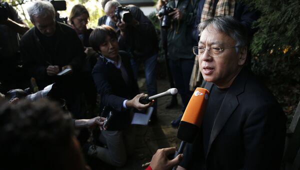Нобелевский лауреат по литературе за 2017 год писатель Кадзуо Исигуро после объявления о присуждении премии. 5 октября 2017