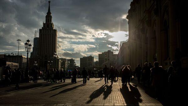 Горожане на площади у Ленинградского вокзала в Москве