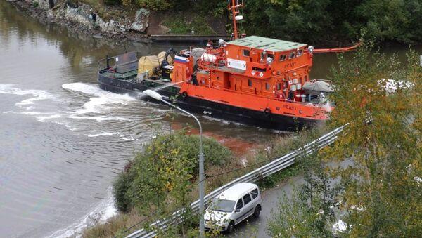 Удаление нефтяных загрязнений в акватории Невы в Невском районе Санкт-Петербурга. 5 октября 2017