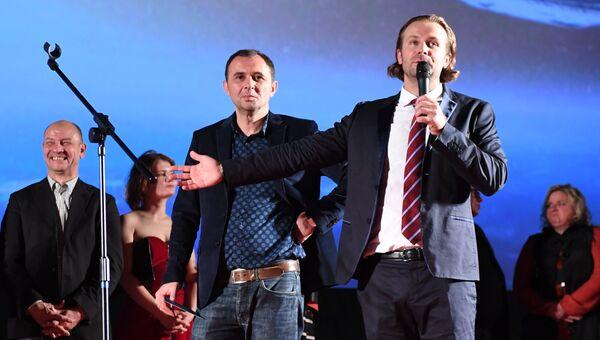 Режиссёры Бакур Бакурадзе (в центре) и Клим Шипенко на премьере фильма Салют-7 в кинотеатре Октябрь