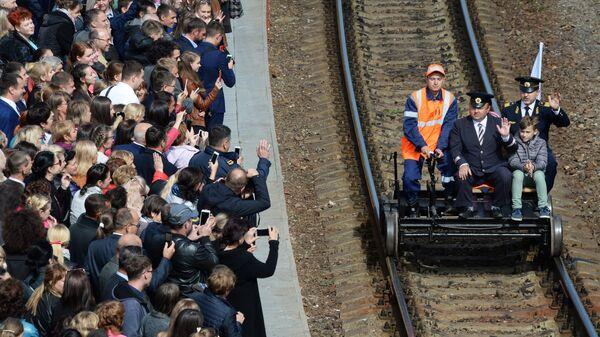 Зрители приветствуют работников железной дороги на празднике, посвященном 120-летию ДВЖД и 180-летию РЖД, на железнодорожном вокзале Владивостока. 6 октября 2017
