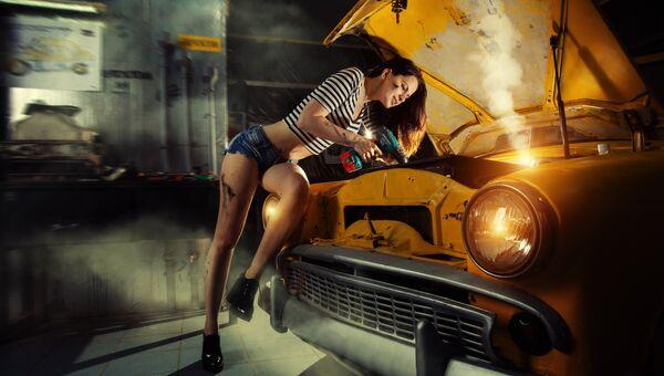 Девушка у ретро-автомобиля