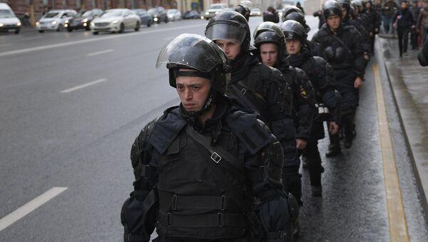 Сотрудники правоохранительных органов во время несанкционированной акции на Пушкинской площади в Москве. 7 октября 2017