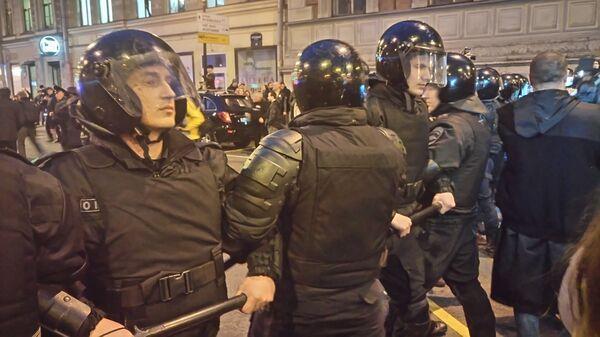 Сотрудники ОМОНа на несанкционированной акции протеста в Санкт-Петербурге