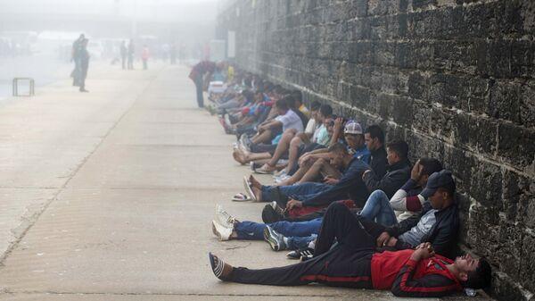 Мигранты в порту Тарифа на юге Испании