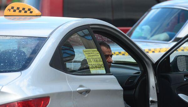 Водитель такси в ожидании пассажиров. Архивное фото