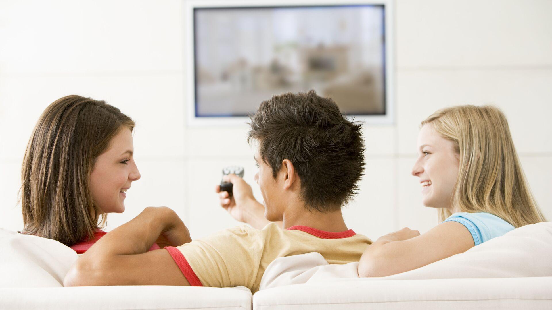 Молодые люди смотрят телевизор  - РИА Новости, 1920, 16.03.2021
