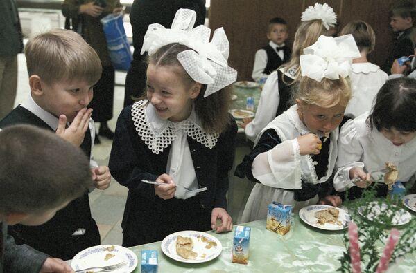 Первоклассники в школьной столовой. Архив