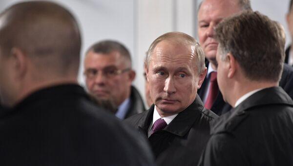 Владимир Путин принимает участие в церемонии открытия автомобильного движения по реконструированному участку автомобильной дороги Р23. 14 октября 2017