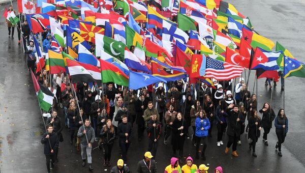 Участники карнавального шествия в Москве в рамках XIX Всемирного фестиваля молодежи и студенчества. 14 октября 2017