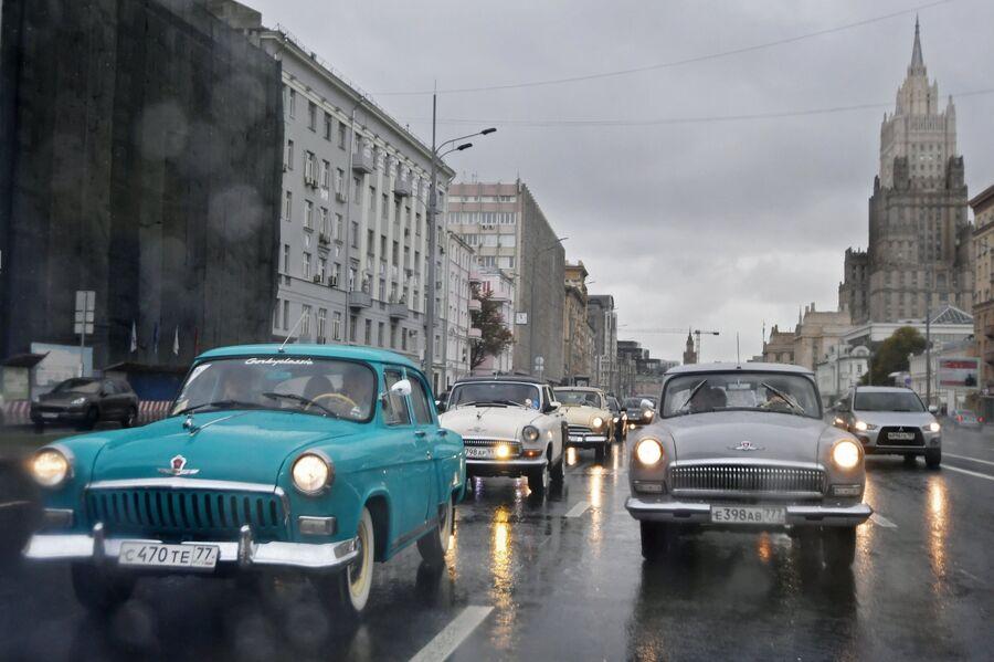 Автомобили ГАЗ-21 Волга во время пробега по улицам Москвы в рамках закрытия летнего ретросезона. 15 октября 2017