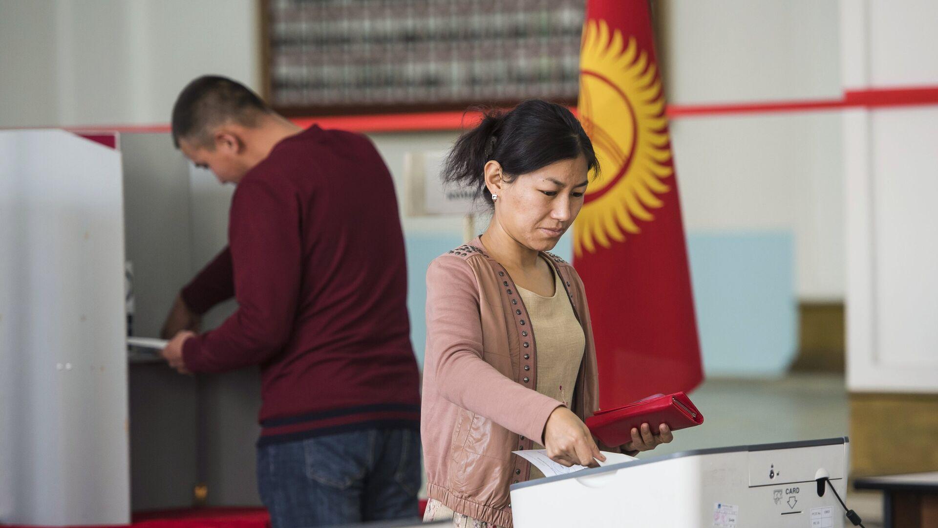 Голосование на избирательном участке в Бишкеке в ходе выборов президента Киргизии - РИА Новости, 1920, 04.10.2020